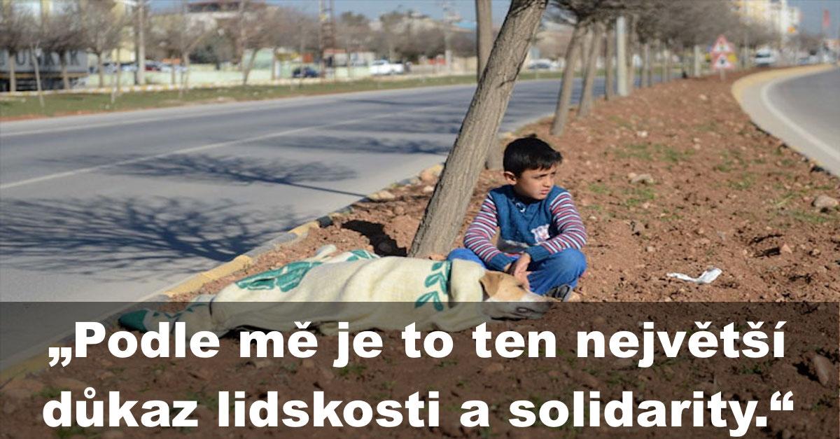 Uprchlík, mladý chlapec odmítl následovat rodinu, protože čekal na pomoc u raněného psa
