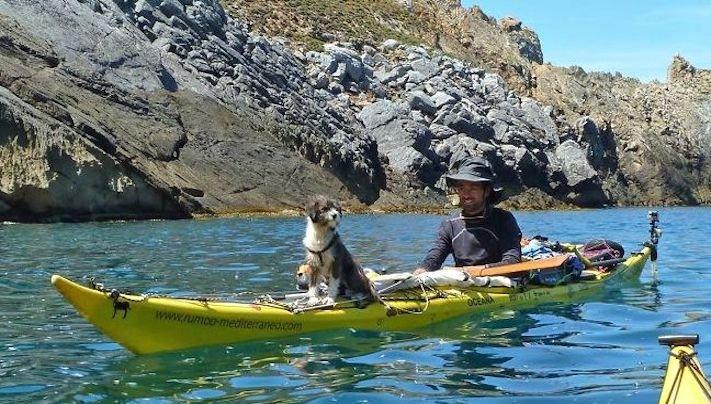 se psem k moři na vodu na kajaku v lodi člunu na vodě 1