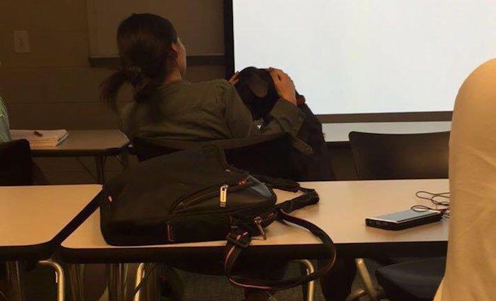 pes do školy ve škole výuka se psy se psem pes během vyučování 5