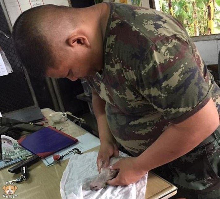 Voják zachránil utopené štěně umělým dýcháním 1