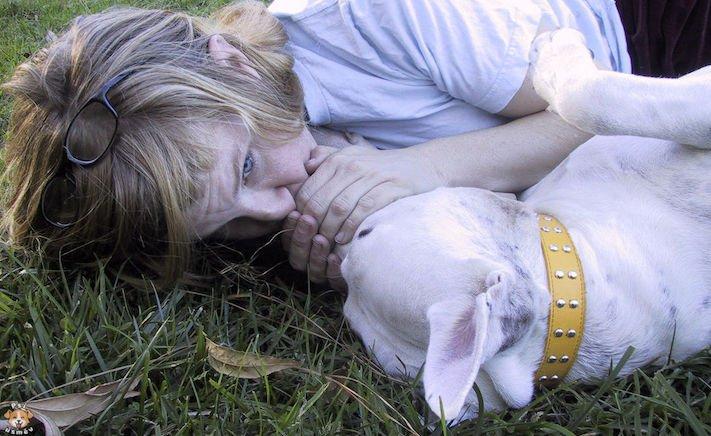 první pomoc, u psa, jak poskytnou psovi první pomoc, voják zachraňuje, zachránil, štěně, pes nedýchá, masáž srdce, zástava srdce, u psů 3