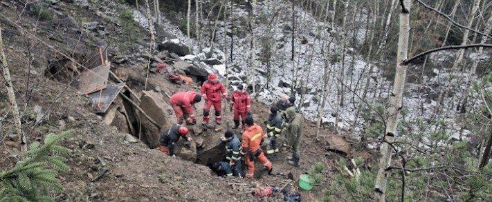 záchrana, jezevčíka, kamenolomu, záchranná akce, hasiči, vytahují, psa, hárající, fenka, jak vylákat psa, video, obrázky, jezevčík Milda 1