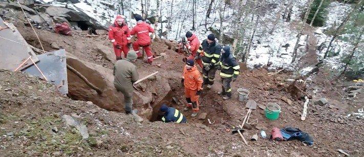 záchrana, jezevčíka, kamenolomu, záchranná akce, hasiči, vytahují, psa, hárající, fenka, jak vylákat psa, video, obrázky, jezevčík Milda 2