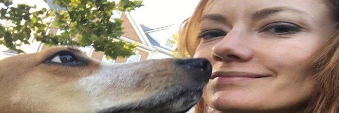 Žena zachránila vyčerpaného psa z pokusné laboratoře a ten jí nyní vrací svou vděčnost každý den