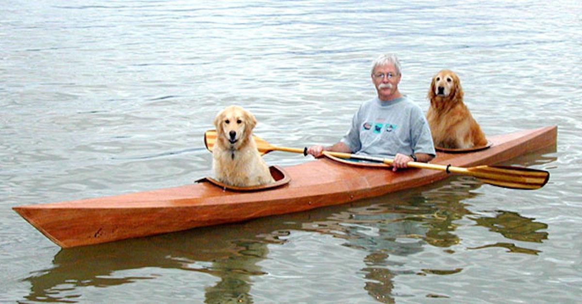 Tenhle muž vyrobil speciální kajak, a tak může své psy brát na lodní výlety s sebou