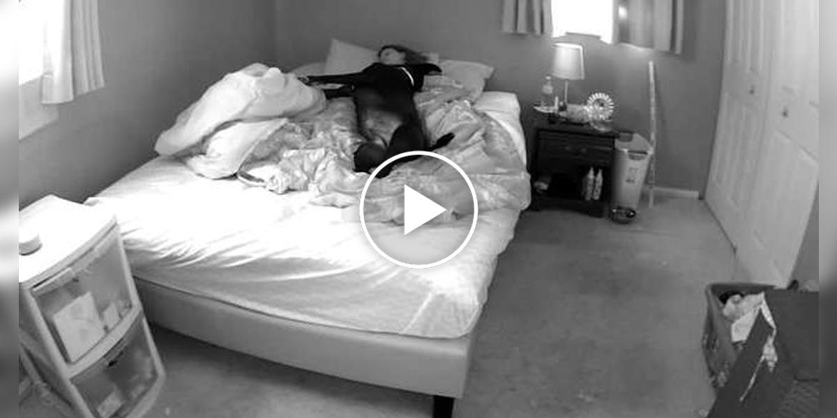 Instalovala skrytou kameru, aby zjistila, proč má problémy se spánkem...