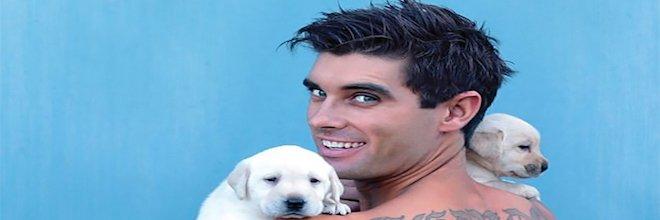 Hasiči pózovali se psy pro charitativní účely, jejich kalendář sdílelo přes 1 milion lidí